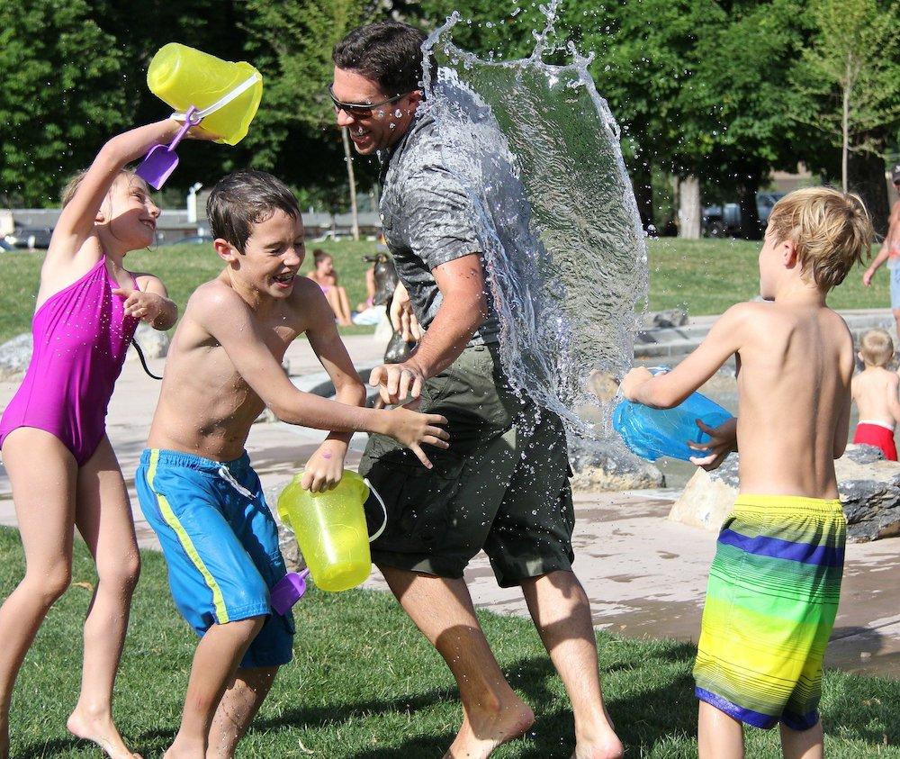 Mit Wasser spielende Kinder